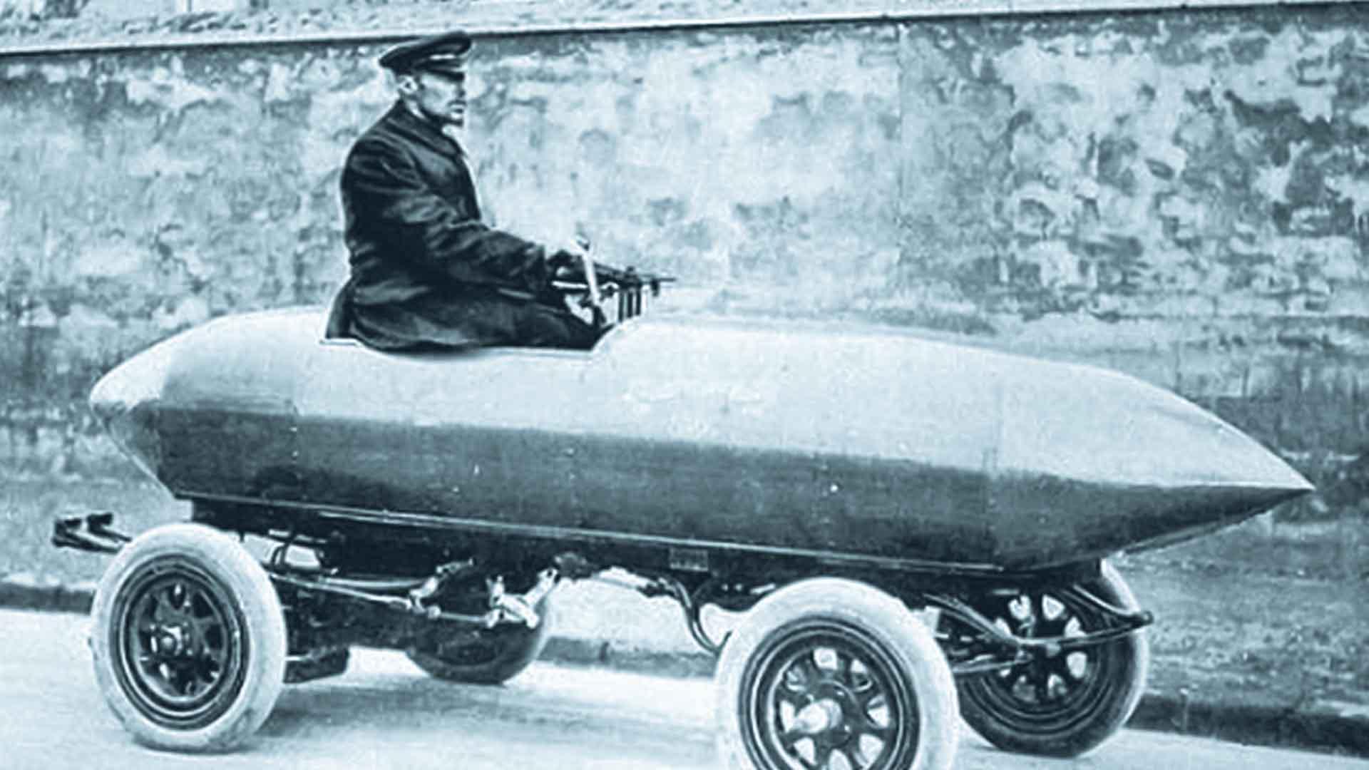 La Jamais Contente fu costruita nel 1899 e, con i suoi 100 kmh, detenne il record di velocità terrestre per anni