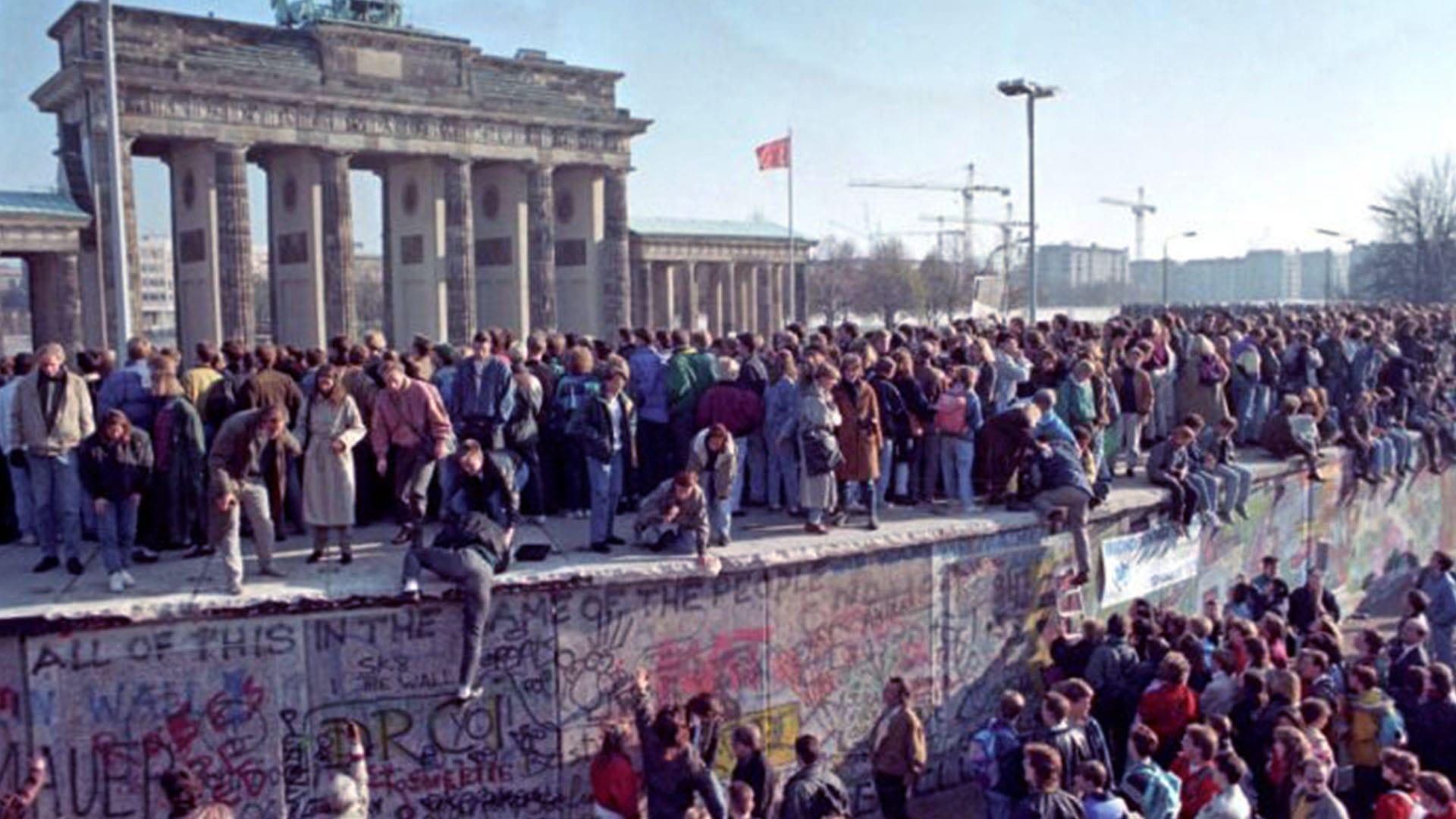 La folla si è riversata in strada quando è caduto il Muro di Berlino