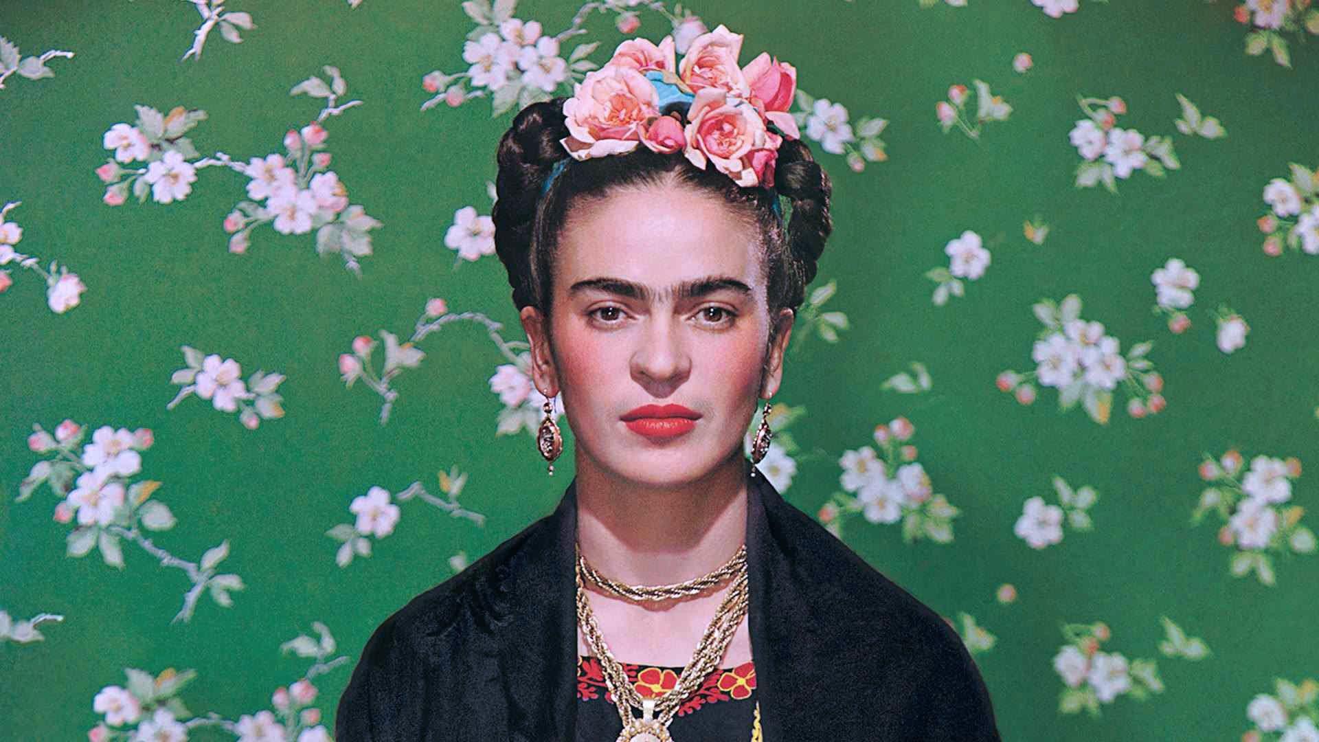 Costretta a letto da un incidente, Frida inizierà a dipingere autoritratti