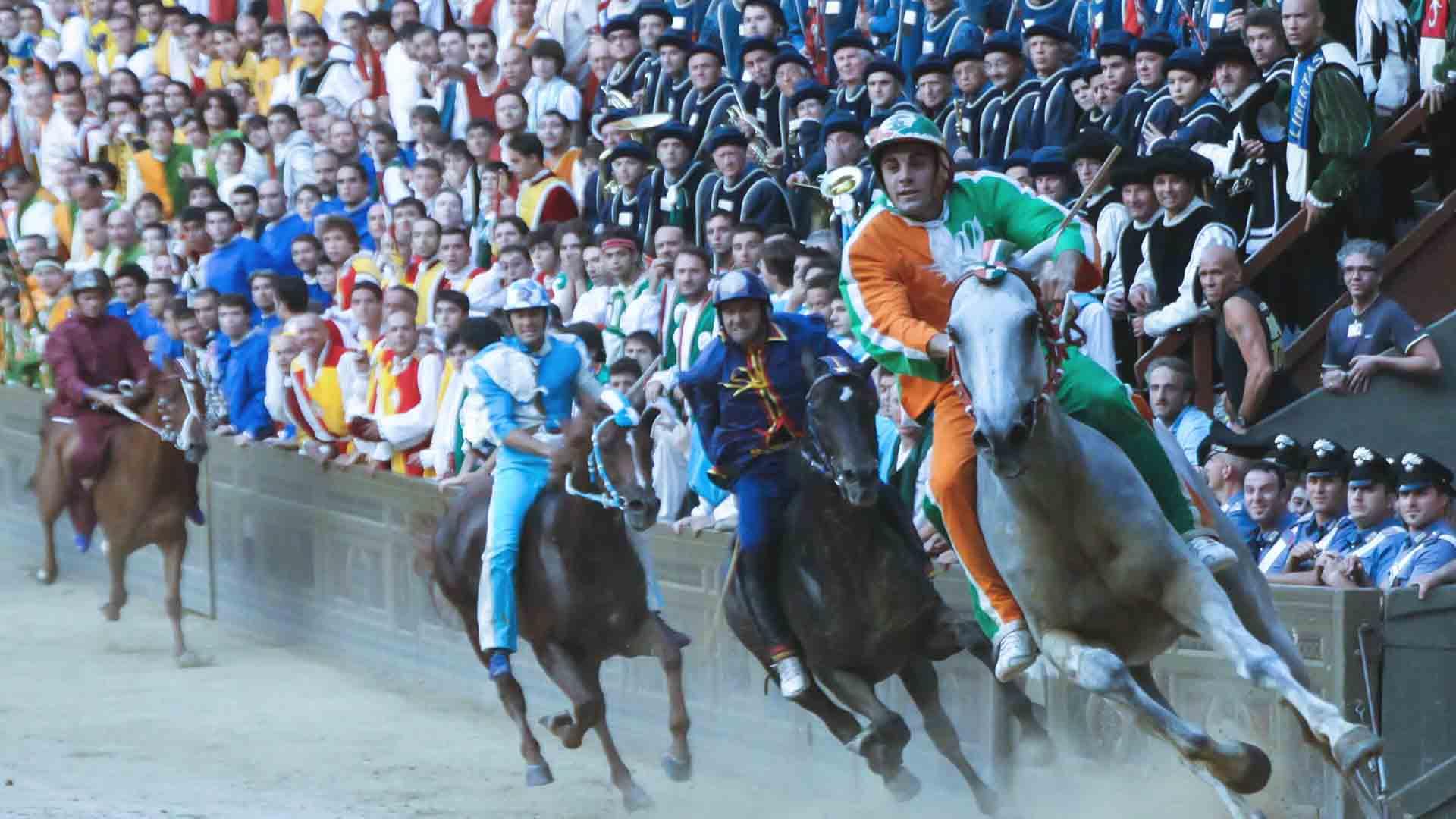 Il Palio di Siena esiste dal 1200 e vede ancora una grande rivalità tra contrade