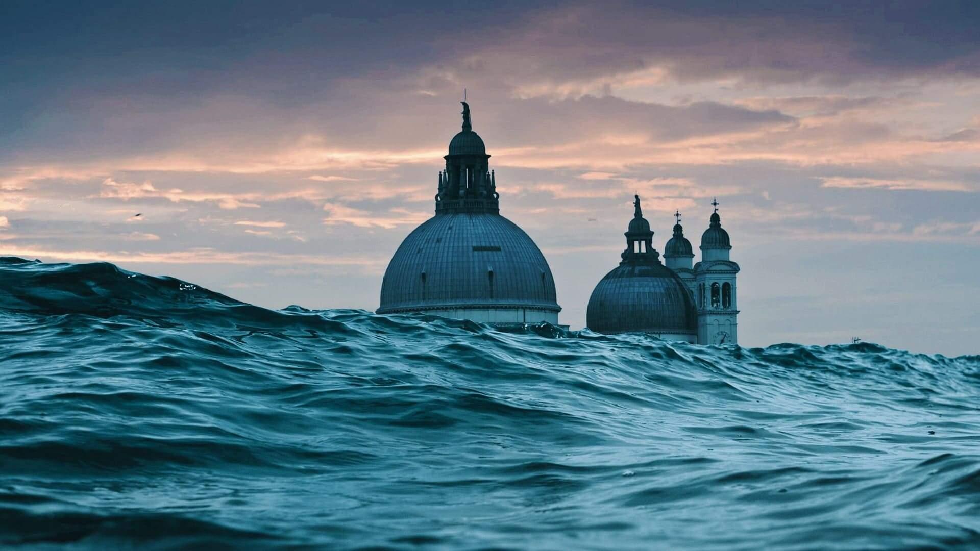 Le cupole di Venezia sommersa al tramonto