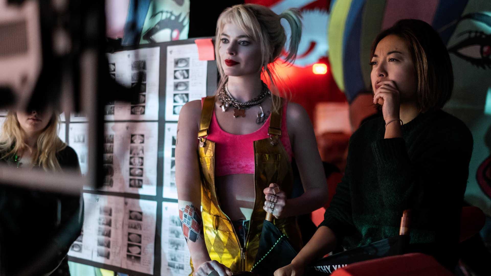 Margot Robbie e la regista Cathy Yan sul set di Birds of Prey - Claudette Barius & © DC Comics