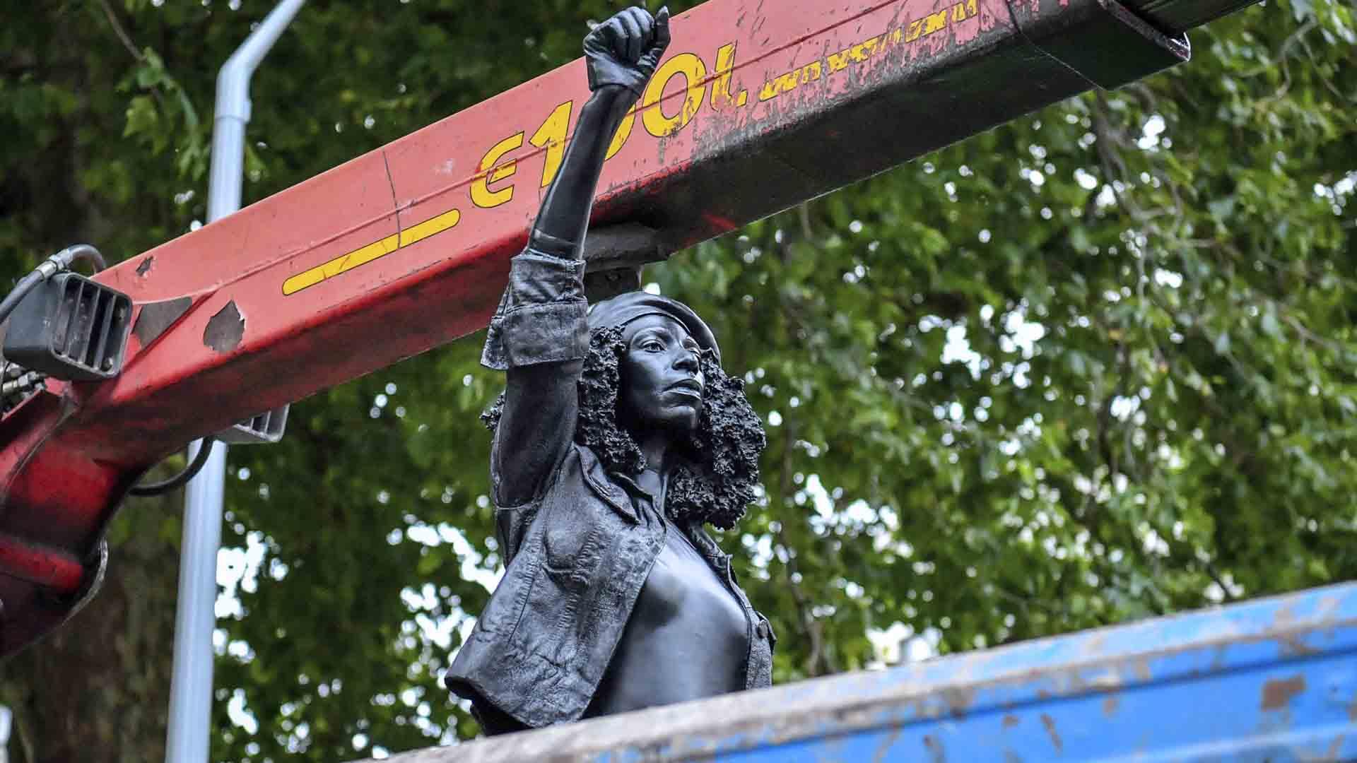 La statua del Black Lives Matter a Bristol è stata rimossa